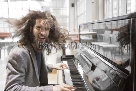 junge hippie klavier spielen