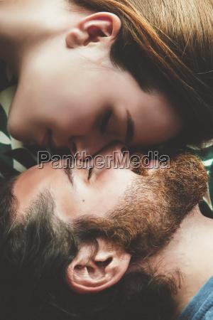 ungt par i kaerlighed afslappende hoved
