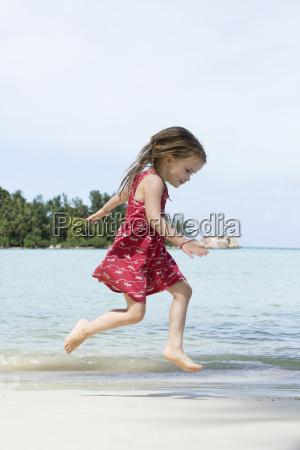 thailand maedchen im roten kleid springen