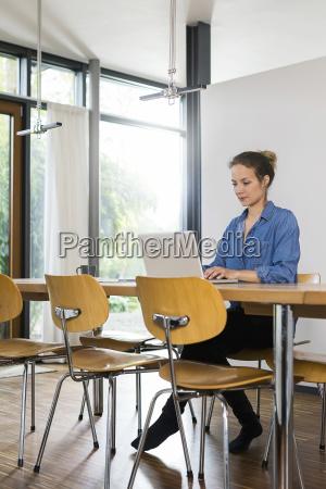 frau zu hause arbeiten auf laptop