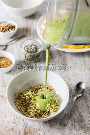 smoothie bowl with lineseed sunflower seeds