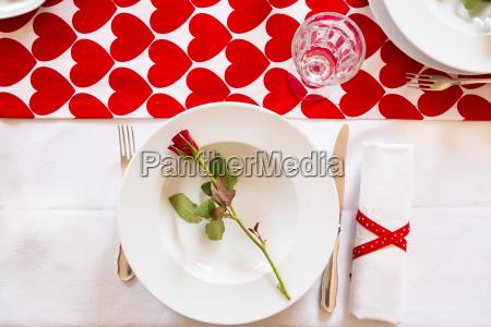 tisch am valentinstag gedeckt