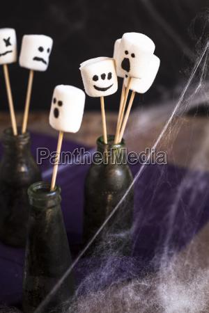 halloween marshmallows mit geist steht am