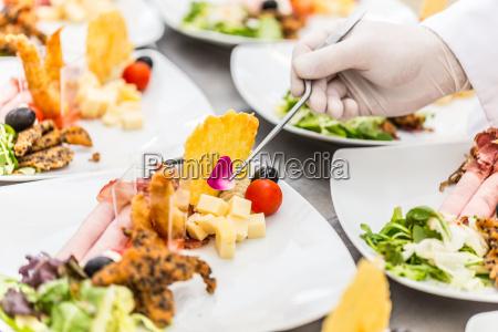 chef garniert koestliche vorspeise gericht mit