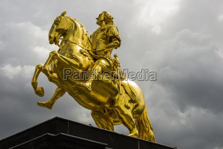 deutschland dresden blick auf reiterstatue golden
