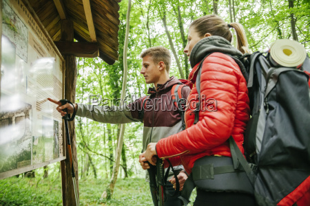 serbien rakovac junges paar wandern wanderkarte