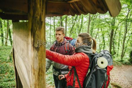 serbien rakovac junges paar wandern