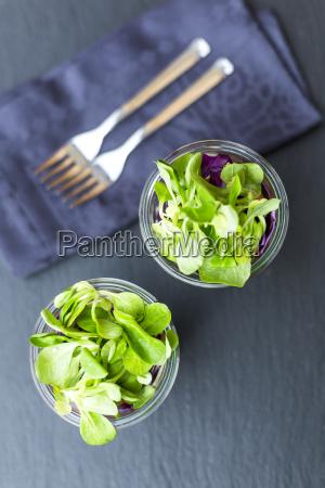 regenbogensalat in glaesern mit kichererbsen tomaten