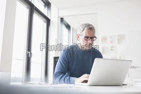 buero laptop notebook computer schreibtisch brille