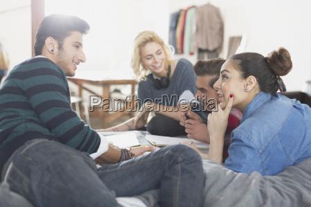 college studenten auf dem bett zu