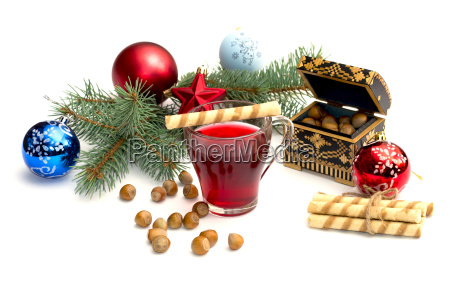 nuesschen tee und nadelzweig mit christbaumschmuck