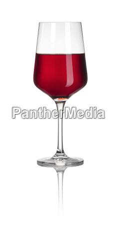 glas mit rotwein vor weissem hintergrund