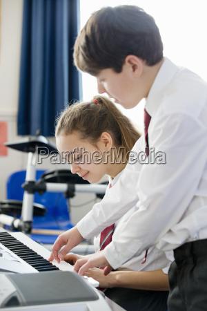 high school schueler helfen mitschueler klavier