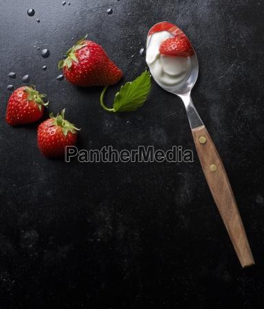 frische erdbeeren und joghurt auf einem