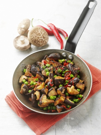 pilzsalat mit erbsen und chilis