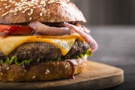 ein cheeseburger mit tomaten und zwiebeln