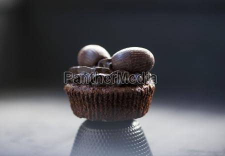 ein schokoladen cupcake mit schokoladenfrosting und