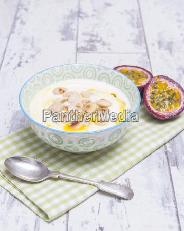 joghurt mit passionsfrucht und mandeln