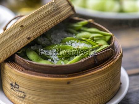 sojabohnen in einem bambusdampfer