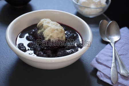 warme maulbeerknoedel in fruchtsauce
