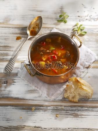 gulaschsuppe und weissbrot