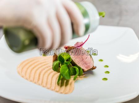 chef finishing ihren teller