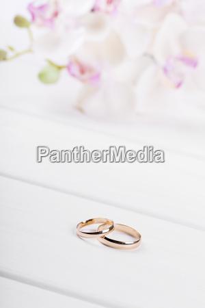Ringe Der Goldenen Hochzeit Mit Blumen Auf Weissem Lizenzfreies