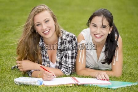 glueckliche studenten