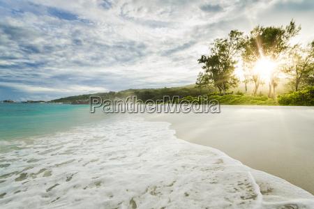 schoener strand auf den seychellen