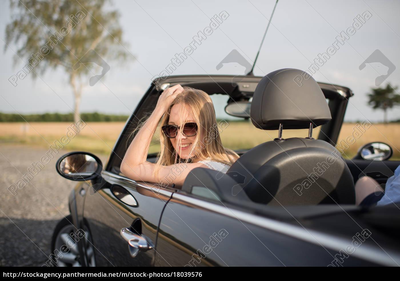 junge, frau, schaut, aus, einem, cabrio - 18039576