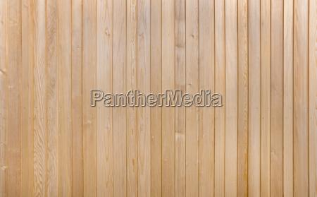 detail einer hellbraunen holzwand aus vertikalen