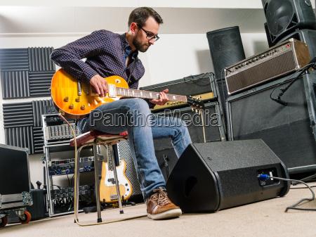 e gitarre spielen im studio