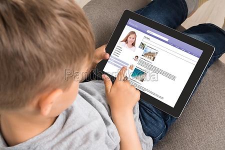 netter kleiner junge mit social networking