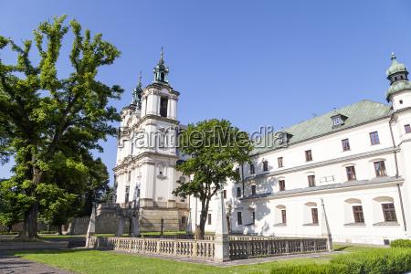 kirche gotteshaus polen heiligtum orientierungspunkt betagt