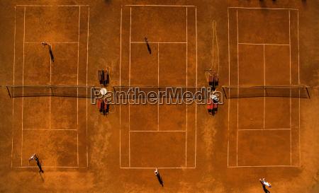 luftaufnahme eines tennisplaetze mit spielern in