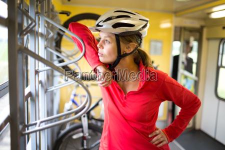 huebsche junge weibliche radfahrer draussen auf