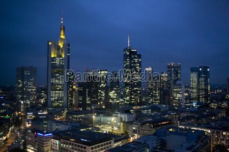 skyline von frankfurt finanzdistrikt bei nacht
