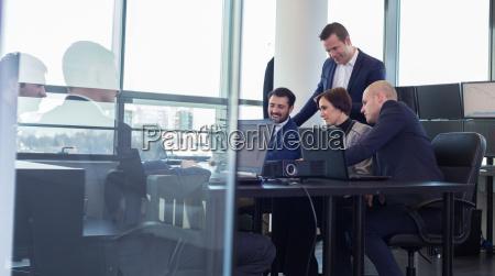 business team arbeitet im firmenbuero