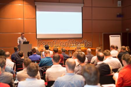 business sprecher einen vortrag im konferenzsaal