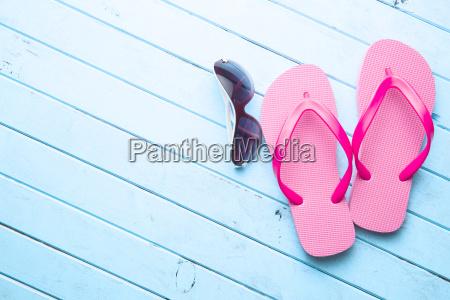 rosa flip flops und sonnenbrille