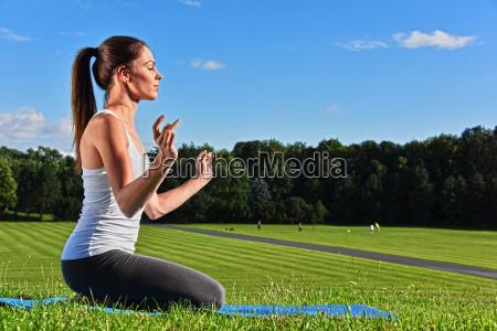 junge frau waehrend der yogameditation im
