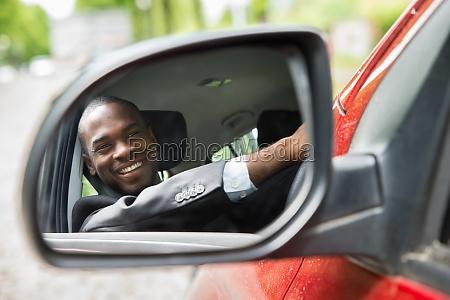 ueberlegungen fuer geschaeftsmann die im auto