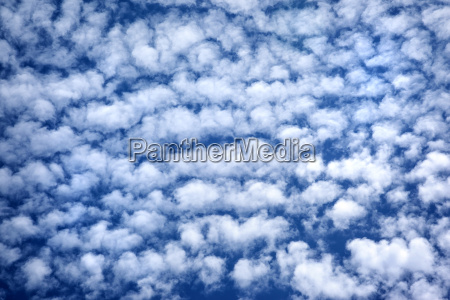blauer wolkenverhangener himmel
