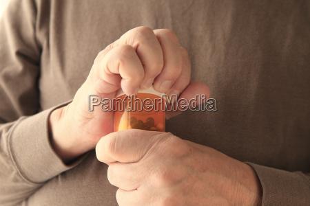 aelterer mann kaempft darum einen container