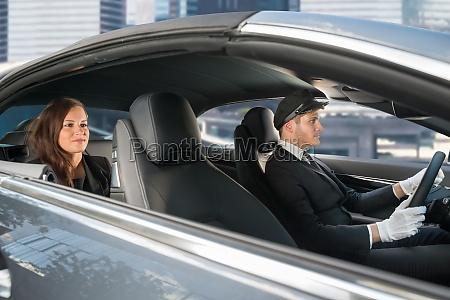 junge frau reiten in einem auto