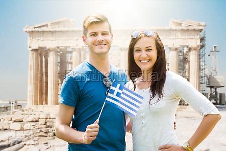 paar holding griechische flagge