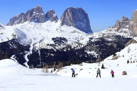 familie beim skiurlaub