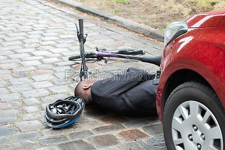 liegen radfahrer auf strasse nach unfall