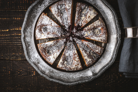 in scheiben geschnittener kuchen mit puderzucker