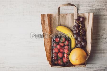 erdbeere mit unterschiedlicher frucht innerhalb einer